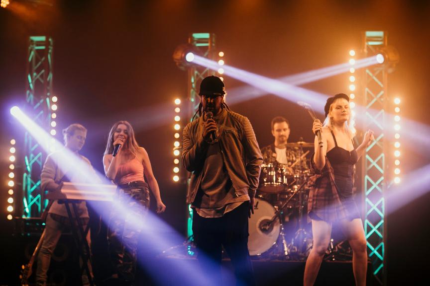 Live Band Mannheim buchen, die performt auf Bühne zwischen einer aufwendingen Light-Show
